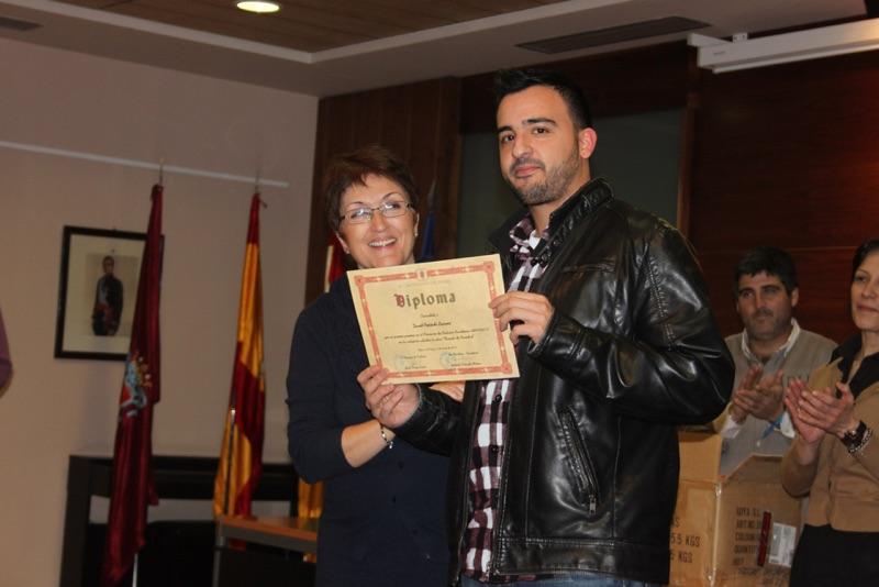 David Preciado recibiendo el diploma de manos de la alcaldesa Yolanda Preciado